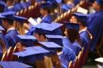 absolwenci w czapkach